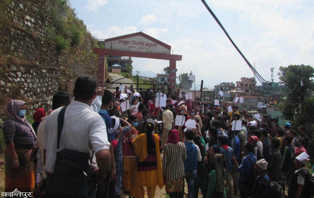 पति हत्या आरोपितलाई छाडिएको विरोधमा प्रदर्शन